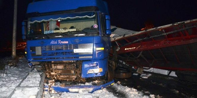 Rize'de Buzlanan yolda tır devrildi 1 yaralı