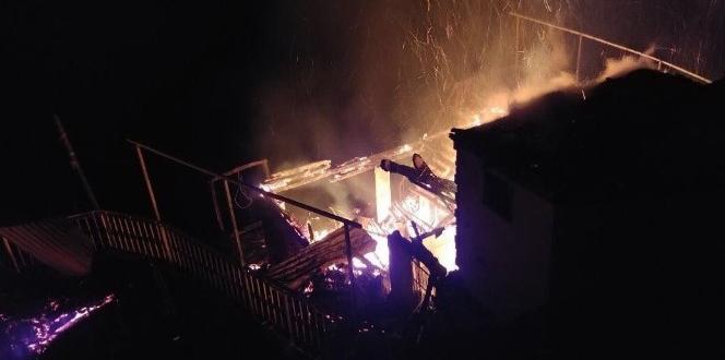 Rize çayelinde yangın… 3 ahşap ev kullanılmaz hale geldi