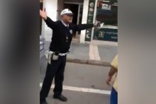 Ceza yazarken şarkı söyleyen trafik polisi!