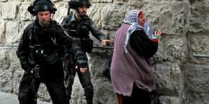 Erdoğan posteri taşıyan kadına saldırdılar