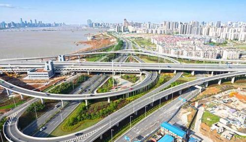 Çin'den milyar dolarlık süper otoyol! Güneş enerjisiyle çalışan yol sürücüsüz arabaları otomatik şarj da edecek