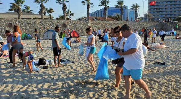 İzmirliler Ilıca Plajı'nı temizledi