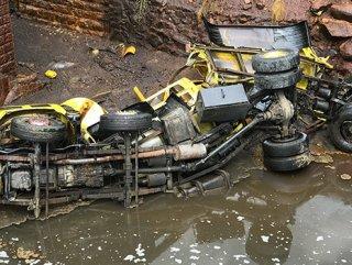 Karabük'te kimyasal madde yüklü tanker köprüden düştü