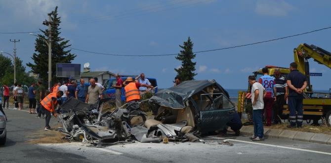 Kazada araba ikiye bölündü: 1 ölü, 12 yaralı