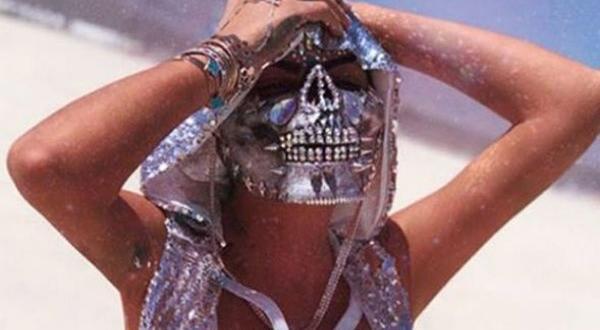 Süreyya Yalçın'ın pırlantalı iskelet maskesi
