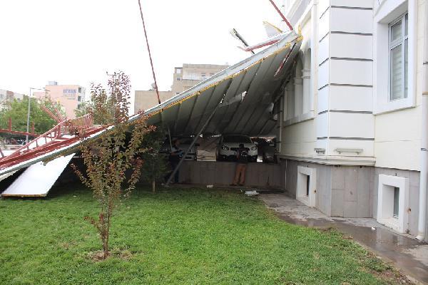 50 metre uçan çatı kaymakamlık bahçesine düştü