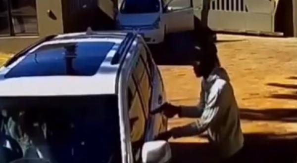Aracının etrafını saran silahlı gruba kundura bırakmadı