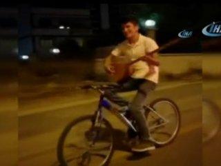 Bisikletin üstünde bağlama çaldı
