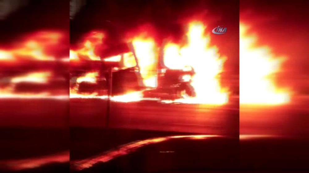 E-5'te minibüs alev alev yandı