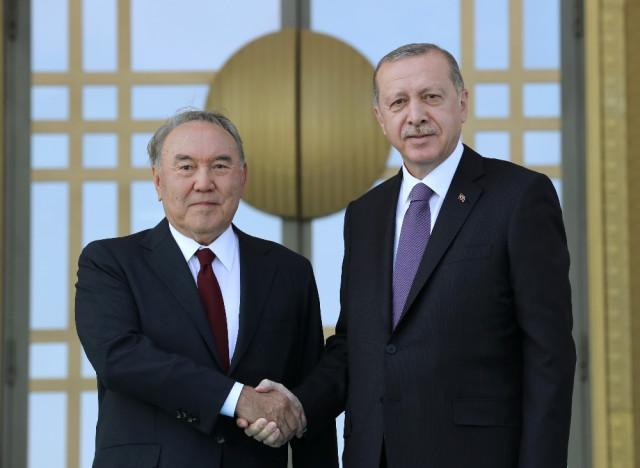 Kazak Mevkidaşını Resmi Törenle Karşıladı