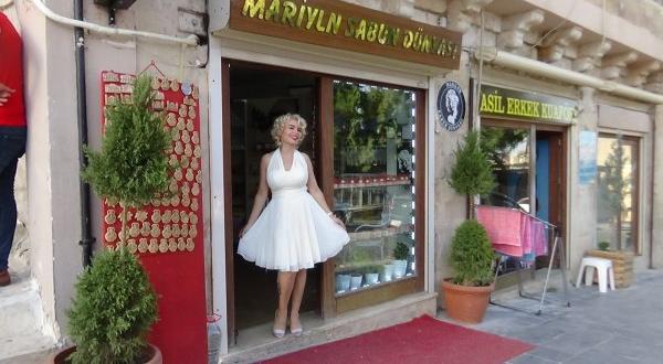 Mardinli Marilyn Manreo eşek sütü sağdı