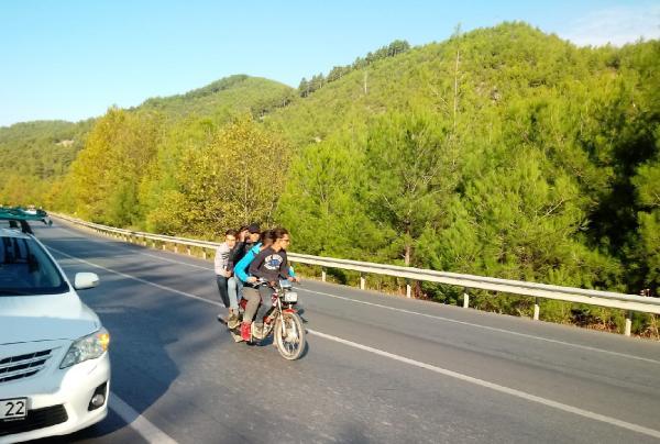 Motosiklette 5 kişiyle tehlikeli yolculuk