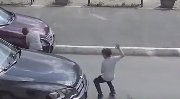 Parkta etrafına bakmadan koşan çocuğa araba çarptı
