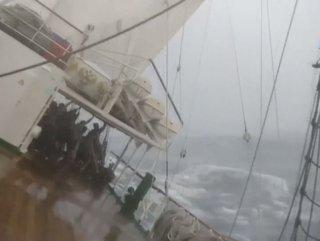 Rus gezgin gemisi fırtınanın ortasında yan yattı