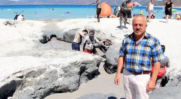 Salda Gölü kıyısında balçık banyosuyla şifa arıyorlar