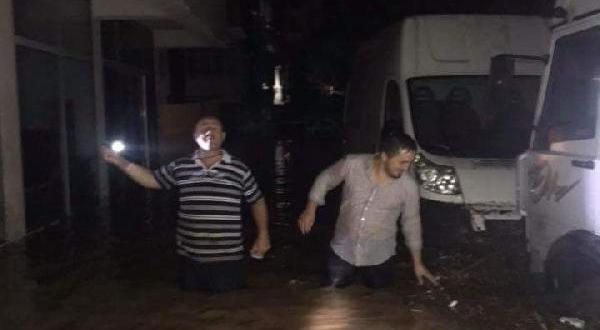 Sel ve heyelan Trabzon'da yolları kapattı