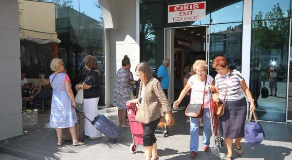 Yunan turistler alışveriş için Ayvalık 'a akın ediyor