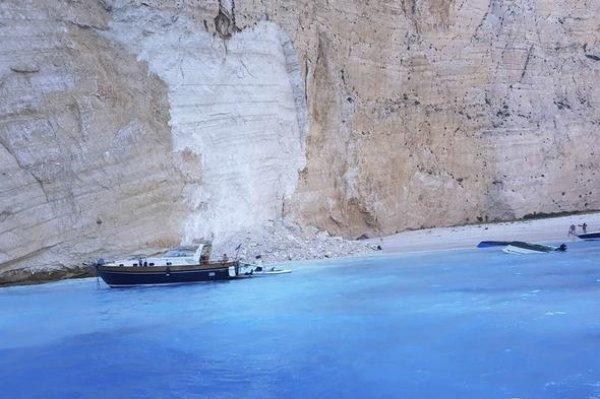 Yunanistan'da kayalar turistlerin üzerine düştü