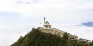 Erdoğan ın Açılışını Yaptığı Zirvedeki Cami, Dizilerin Vazgeçilmezi Oldu