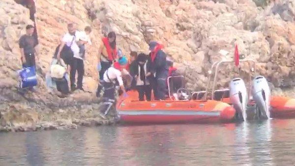 Antalya'da takviye isteyen 24 derme çatma göçmen kurtarıldı