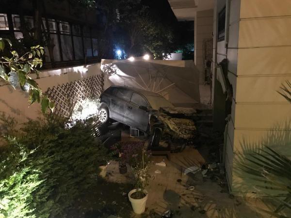 Bakırköy'de otomobil bahçeye uçtu