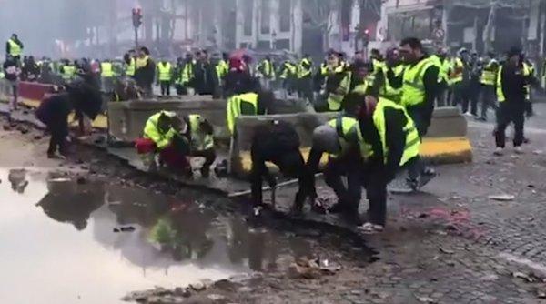 Fransa'da göstericiler kaldırım taşlarını söktü