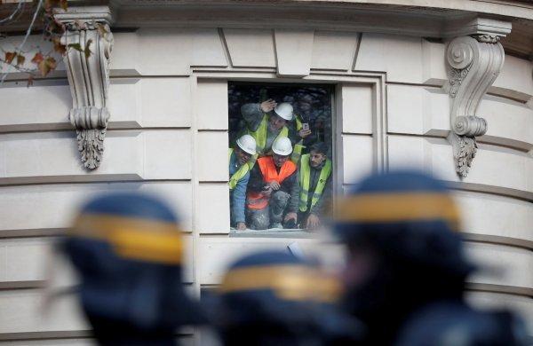 Göstericileri döven polislere Macron'dan tebrik mesajı