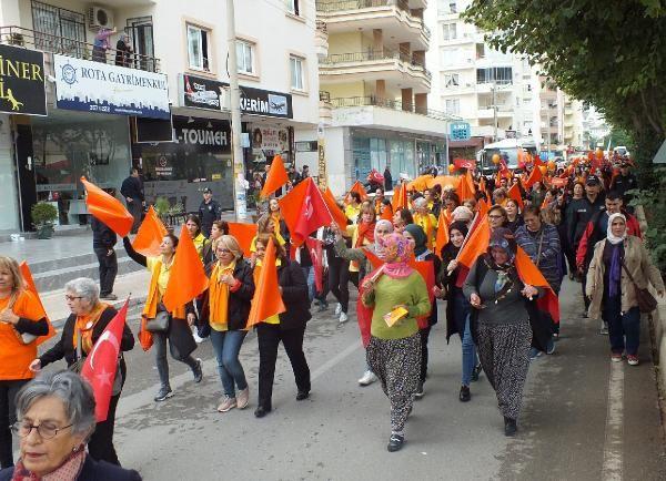 Mersin'de kadınlardan şiddete karşı renkli yürüyüş
