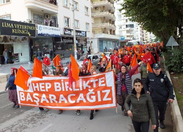 Mersin'de kadınlardan şiddete aleyhinde renkli yürüyüş