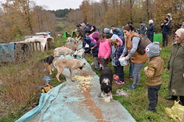 Öğrencileriyle yemek artıklarını hayvanla dağıtıyor