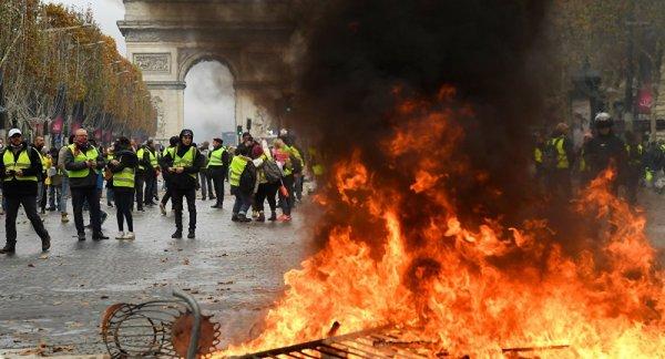 Paris'te savaş; AVM'ler yağmalanıyor, olaylar büyüdü