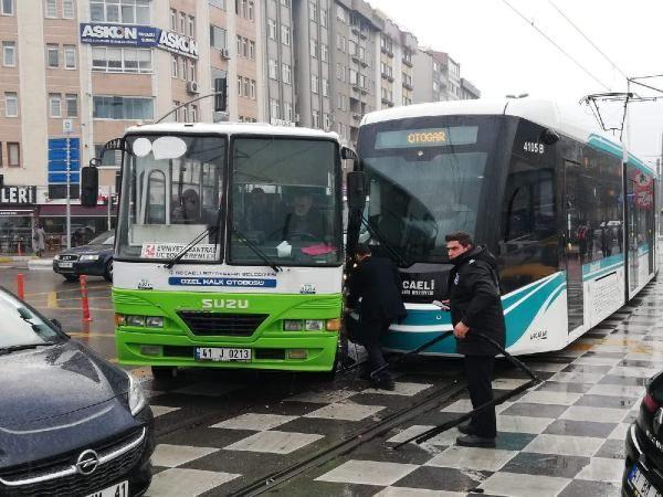 Tramvay, hatta giren özel insanlar otobüsüne çarptı