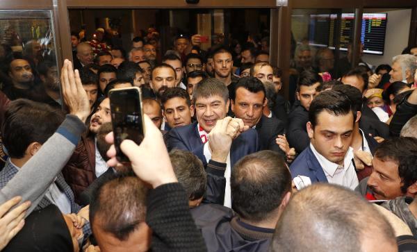 Yeniden Namzet Gösterilen Başkan Türel'e Havalimanında Coşkulu Karşılama
