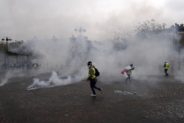 Gelişen Akaryakıt Fiyatları Paris'i Karıştırdı! Eylemciler ve Polis Birbirine Girdi
