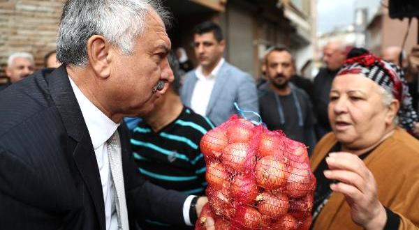 Seyhan Belediye Başkanı, Soğan Fiyatının Yükselmesi Nedeniyle, Kuytu Gelirli Vatandaşa Doğan Dağıttı