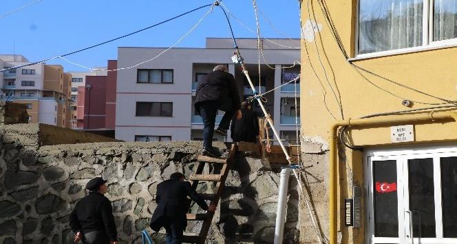 Rize'de çatlamalar sebebiyle terhis edilen 8 katlı binada tahlil çalışmaları başladı